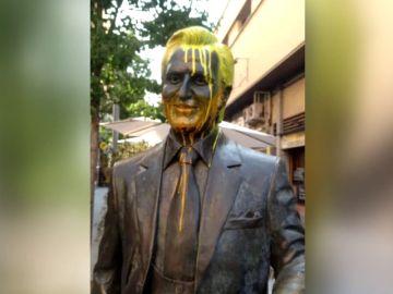 La estatua de Manolo Escobar de Badalona amanece pintada de amarillo