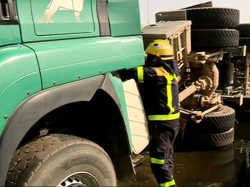Un camión vuelca en Gran Canaria provocando largas retenciones