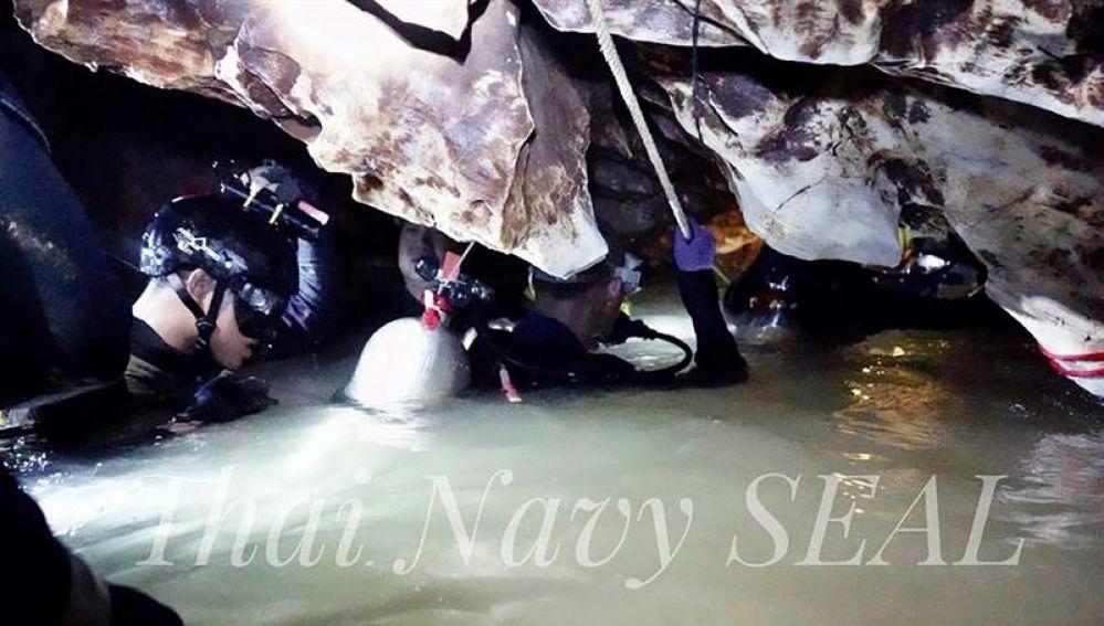 Varios buzos y otros miembros de rescate durante las operaciones de rescate