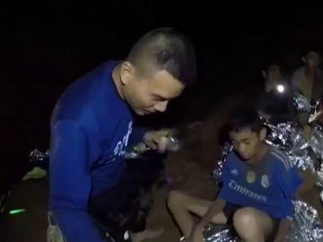 """Las imágenes del interior de la cueva donde están atrapados 12 niños en Tailandia: """"Les hemos dado alimentos bajo la supervisión de un médico"""""""