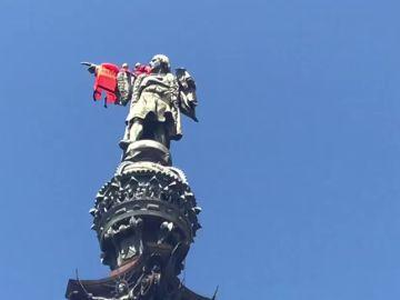 Los activistas de Open Arms colocan un chaleco salvavidas a la estatua de Colón en Barcelona
