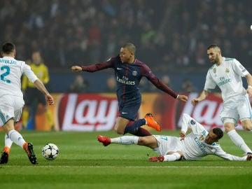 Mbappé regatea a varios jugadores del Real Madrid