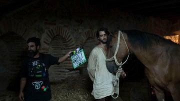 Aitor junto a un caballo en una de las últimas secuencias