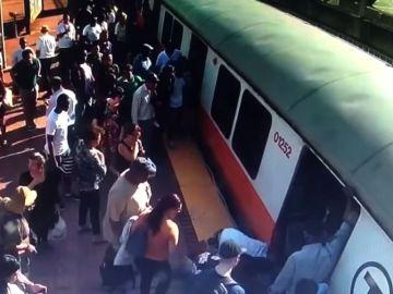 Una mujer atrapada entre el metro y el andén en Boston