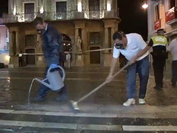 Antideslizante en la calzada para minimizar los riesgos en el recorrido de los encierros de San Fermín