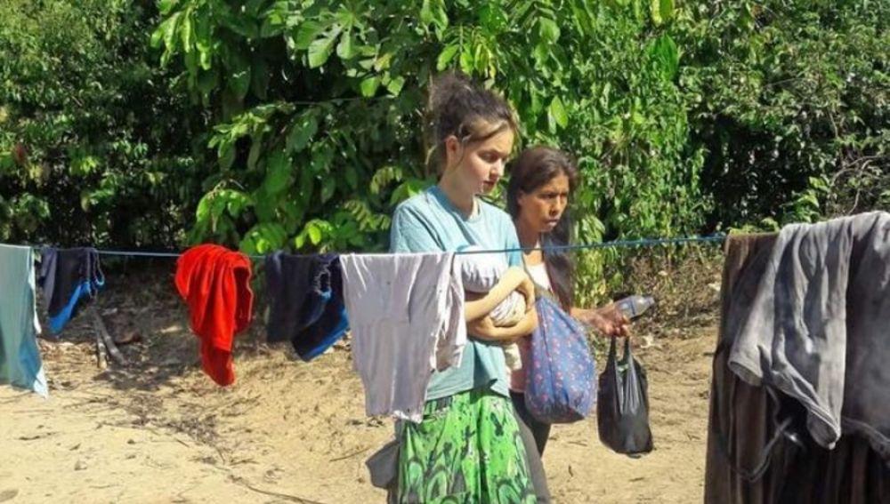 Patricia Aguilar sosteniendo a su bebé