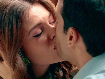 María calla los miedos de Ignacio con un romántico beso