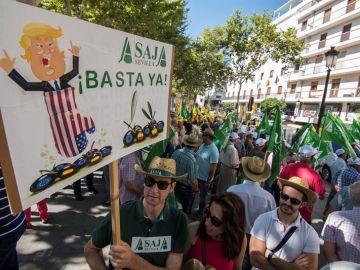 Agricultores, cooperativistas, entamadores y envasadores de aceituna de mesa, frente al consulado de EEUU en Sevilla