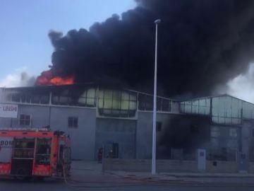 Fuego en una nave de productos chinos muy cerca del aeropuerto de Manises