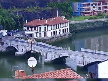 Se hunde parte del puente que une las localidades vascas de Deba y Mutriku
