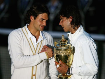 Federer felicita a Nadal tras su victoria en Wimbledon 2008