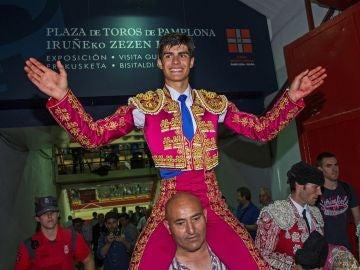 El novillero Francisco de Manuel sale a hombros por la puerta grande, tras la primera de abono de la Feria del Toro en Pamplona