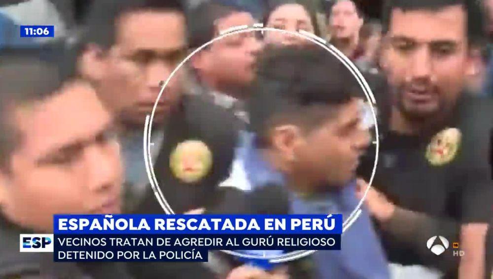 Las tensas imágenes de la agresión de de los vecinos al gurú religioso que secuestró a la joven española en Perú