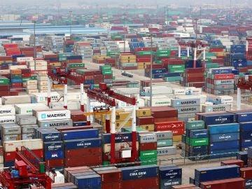 Multitud de contenedores en el puerto de Qingdao (China).