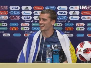 Griezmann, en rueda de prensa con a bandera de Uruguay