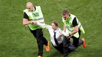 Una de las espontáneas que han saltado al césped en la final del Mundial de Rusia 2018