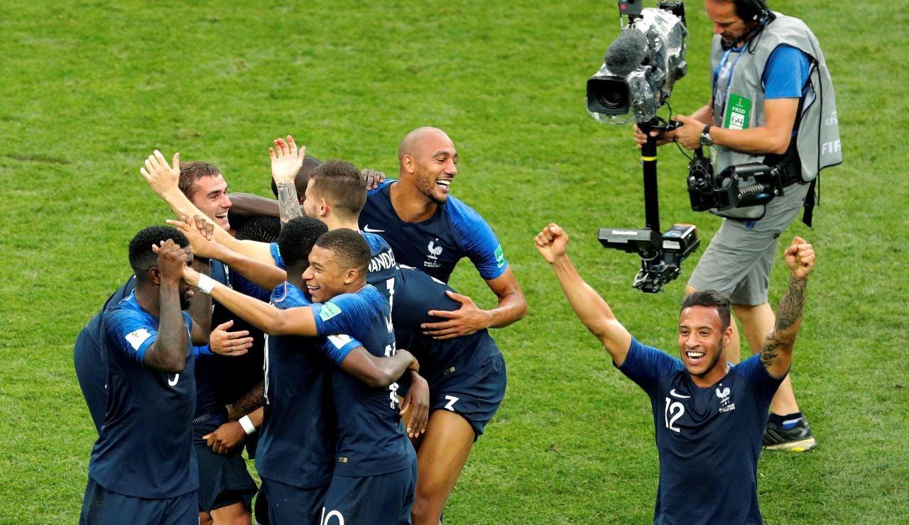 Los jugadores franceses celebran la victoria en la final ante Croacia