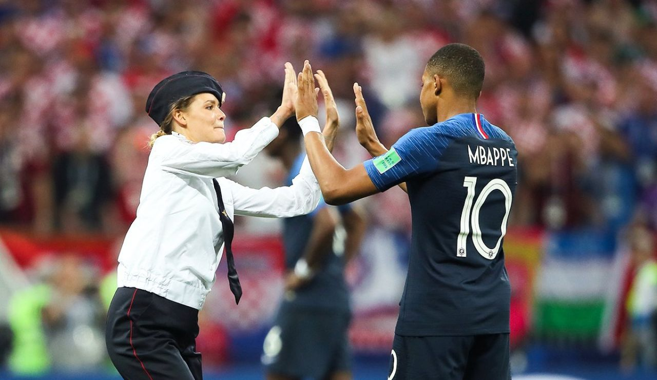 Mbappé choca las manos con una espontánea