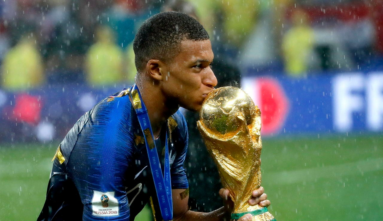 Mbappé besa la Copa del Mundo