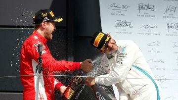 Vettel y Hamilton se riegan con champán