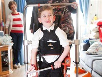 Imagen de un niño con un exoesqueleto infantil