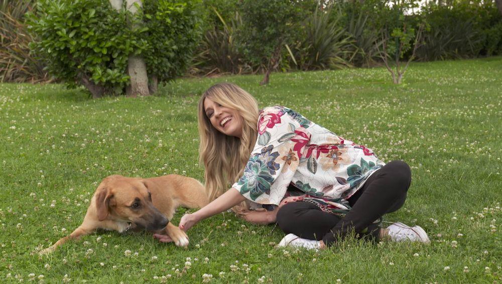 Anna Simon se lo pasa en grande con la perra Lali