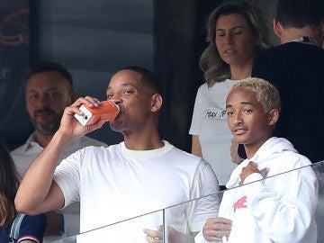Will Smith junto su hijo, Jaden Smith, después de presentar la  canción del Mundial Rusia 2018 junto a Nicky Jam