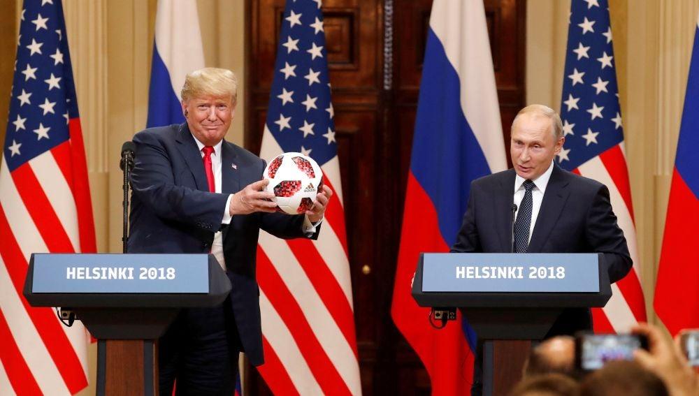 El presidente estadounidense, Donald Trump, recibe un balón del Mundial de Rusia 2018