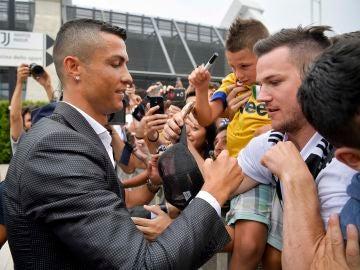 Cristiano Ronaldo firma autógrafos a los tifosi de la Juve