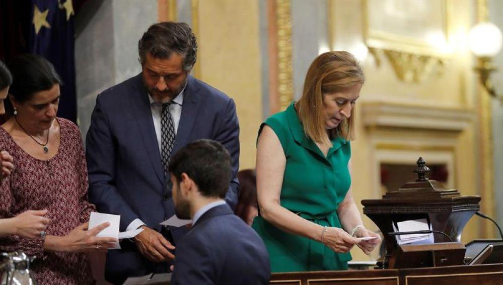 Ana Pastor durante el recuento de la votación