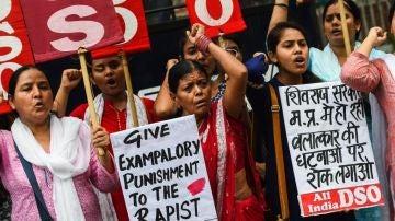Un grupo de mujeres protesta en India contra las violaciones