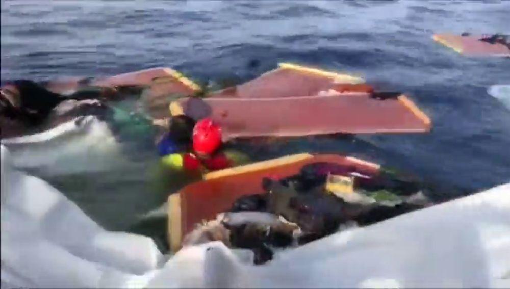 Open Arms encuentra a una mujer con vida y a otra mujer y un niño muertos, además acusa a Libia de hundir el barco en el que se encontraban