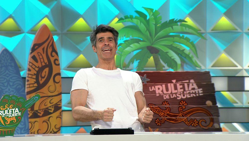 Descubre cómo escenifica Jorge Fernández un titular loco en 'La ruleta de la suerte'