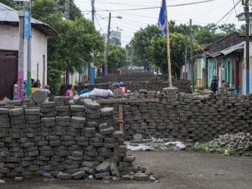 Vista de una calle de Nicaragua con barricadas