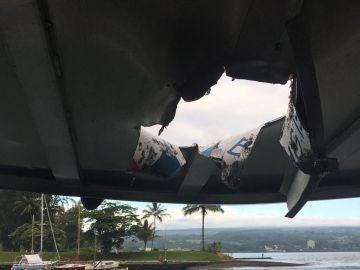 Agujero en el techo del barco turístico afectado por la lava del Kilauea