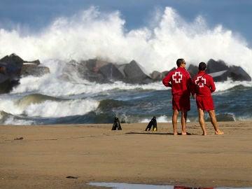 Imagen de dos socorristas en una playa