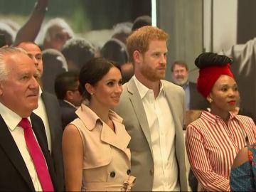 El príncipe Harry y Meghan Markle inauguran una exposición que celebra el centenario de Nelson Mandela