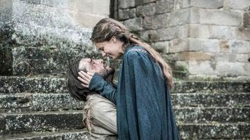 Joan acaba con la vida de Elionor mientras Arnau abraza al amor de su vida