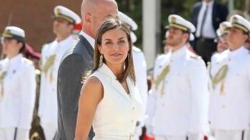La reina Letizia vuelve a apostar por un diseño de Felipe Varela
