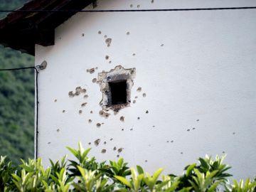 Fachada de la vivienda desde la que el hombre huido disparó