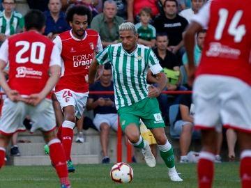 Joaquín conduce el balón ante el Sporting de Braga