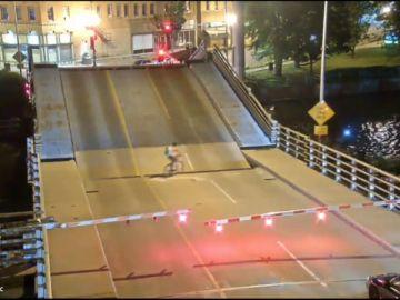 Una ciclista queda atrapada en un puente levadizo tras ignorar la señalización
