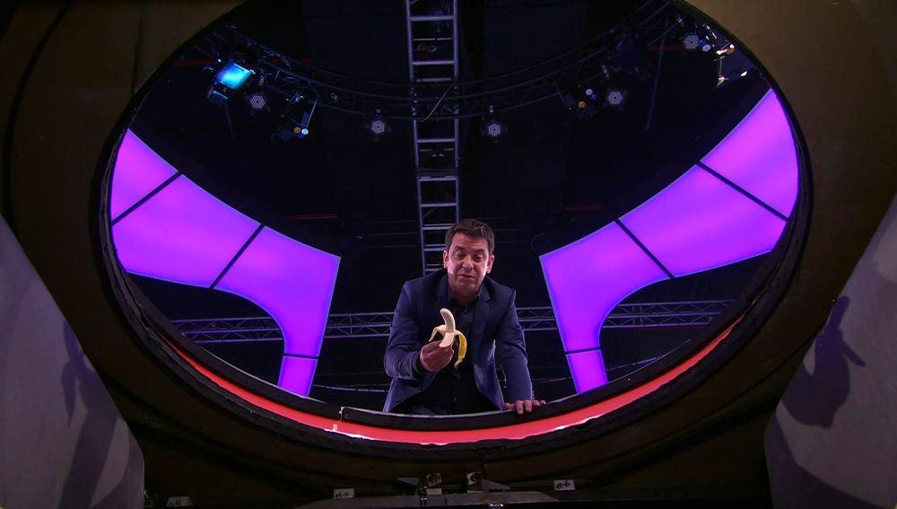 """Arturo Valls alimenta a Vicente en directo: """"¿Cómo te voy a tirar a una señora del público?"""""""