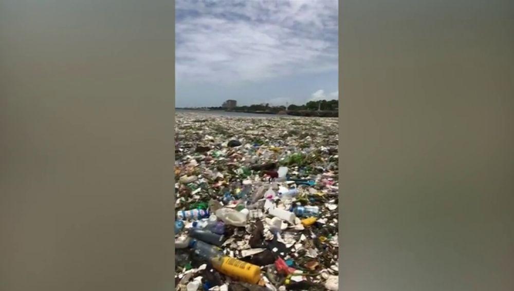 Los residuos en el Malecón de Santo Domingo dejan impactantes imágenes