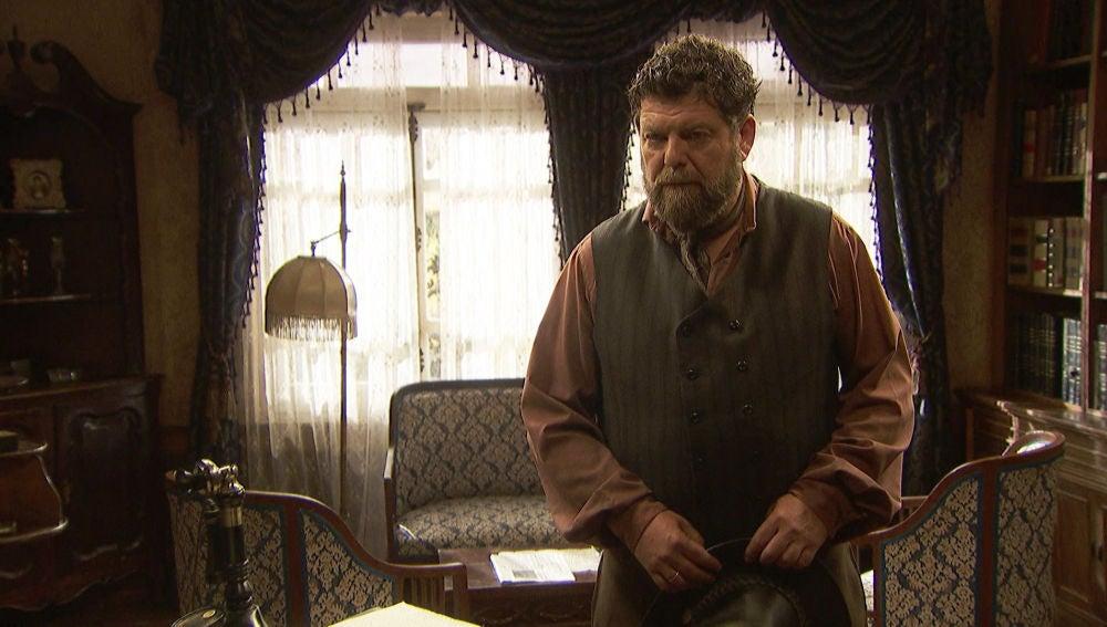 Mauricio descubre que Julieta ha hurgado en los papeles de Prudencio