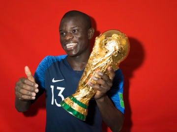 N'Golo Kanté con la copa del mundo