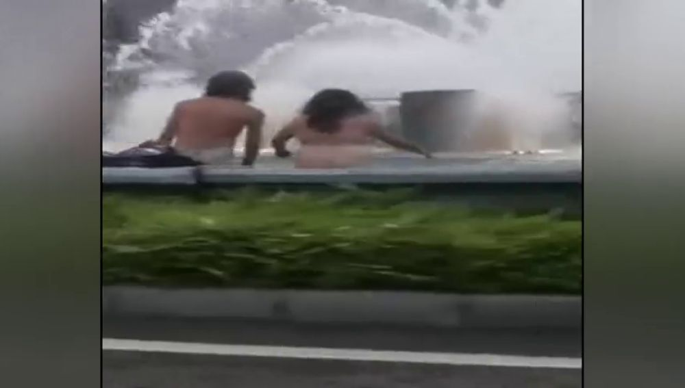 7576b5d14fb1 El vídeo de una pareja bañándose desnudos en una fuente de Oviedo se hace  viral