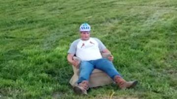 Hombre sentado en un sofá con airbag