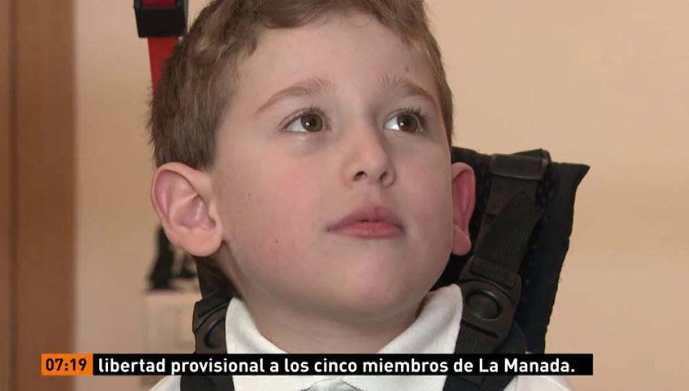 Tres niños con atrofia muscular espinal caminan por primera vez gracias a un exoesqueleto pionero