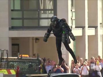 Un traje volador valorado en 380 mil euros